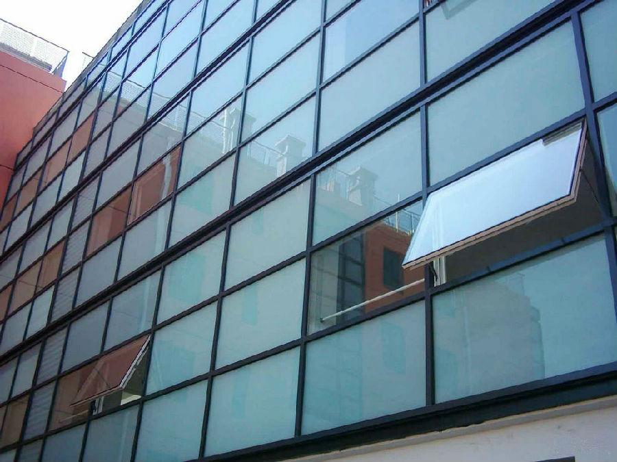 节能:由于双层玻璃幕墙提高了建筑保温隔热性能,而且遮阳伞能够